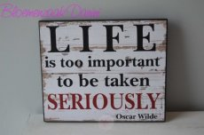 "Houten muurdecoratie met tekst ""Life is to important..."""
